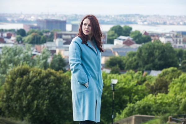 Bild 1 von 6: Elisabeth Ellroy (Dervla Kirwan) ist Toms ehemalige Chefin. Wieso will sie Tom aus dem Fall raushalten?