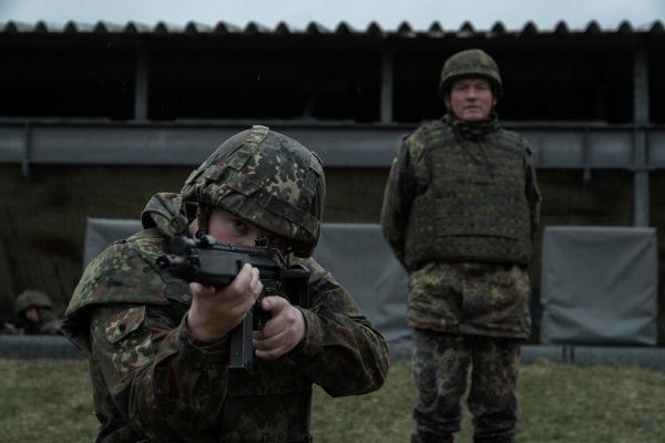 Bild 1 von 11: Oberst Kurz (Philipp Moog, rechts) beobachtet Moritz Goldhammer (Roland Schreglmann) bei der Schießübung.