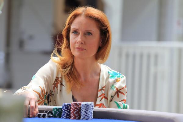 Bild 1 von 4: Am Pokertisch gibt es viel zu verlieren. Das wird auch Melanie Devaux (Zoe Telford) schmerzlich klar.