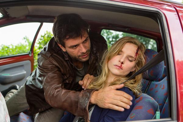 Bild 1 von 1: Kommissar Nikolas Heldt (Kai Schumann) ist als erster am Unfallort und befreit die verletzte Meike Behling (Maike Jüttendonk) aus dem beschädigten Fahrzeug.