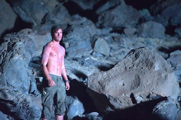 Bild 1 von 15: Ben (Jeremy Irvine) muss auf der Hetzjagd in der Wüste bis an die äußerten Grenzen gehen.