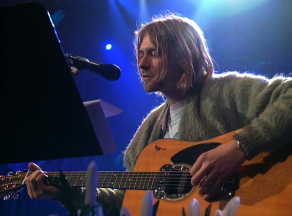 Bild 1 von 1: Kurt Cobain, der Frontmann der Band Nirvana, singt bei dem legendären MTV Unplugged-Konzert kurz vor seinem Suizid 1993 \