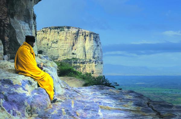 Bild 1 von 6: Das Gebirgsmassiv Gheralta in Äthiopien beherbergt christlich-orthodoxe Glaubensgemeinschaften. Der Mönch Abba Tesfay geht dort seit seinem 13. Lebensjahr seinem Bedürfnis nach Abgeschiedenheit nach.