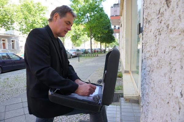 Bild 1 von 4: Der Gerichtsvollzieher Björn Ellendt fragt sich, ob er eine Familie vor die Tür setzen muss, weil sie ihre Miete nicht bezahlt.