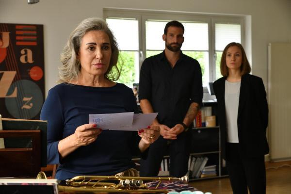 Bild 1 von 5: Hauptkommissar Henrik Mertens (Matthias Weidenhöfer, M.) und Dr. Julia Löwe (Alina Levshin, r.) glauben, dass es sich bei dem Mordopfer um Birte Parkers (Brigitte Karner, l.) damaligen Freund handelt.