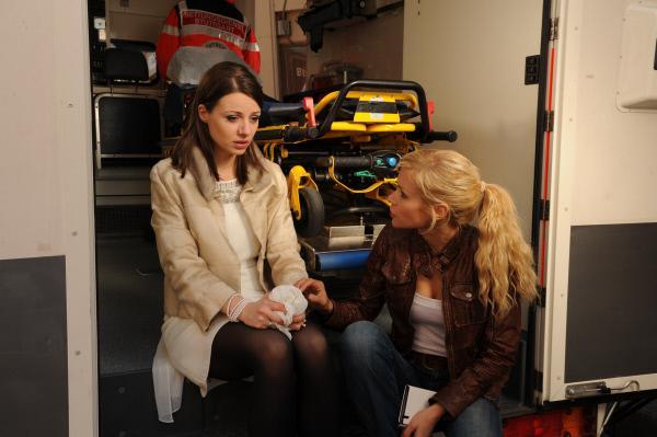 Bild 1 von 14: SOKO-Kommissarin Anna Badosi (Nina Gnädig, r.) beruhigt die verstörte Vicky Menke (Julia Hartmann, l.), deren Ehemann kurz zuvor erstickt wurde.
