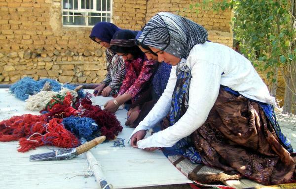 Bild 1 von 1: Teppich-Knüpferinnen vom Stamm der Lori.