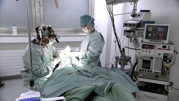 Bild 1 von 7: Dr. Thurner (li.) operiert Nicoles Oberlider sowie die Nase