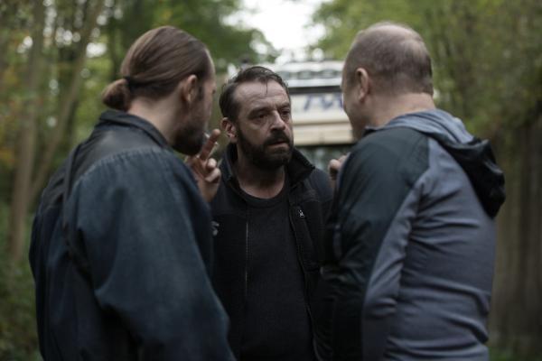 Bild 1 von 7: Ein polnischer Arbeiter (Mike Imbierowicz, l.) und Arek (Vitali Usanov, r.) nehmen Bob Lemmens (Tom Waes) in die Zange. Fliegt die Tarnung des Undercover-Ermittlers nun endgültig auf?