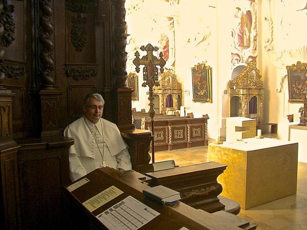 Bild 1 von 6: Abt Hermann Josef Kugler bei der Meditation in der Speinsharter Klosterkirche.