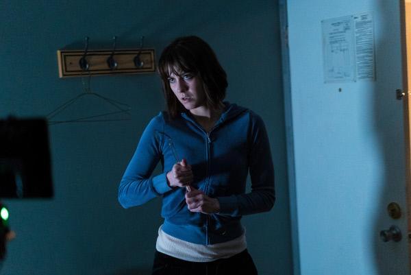 Bild 1 von 3: Nikki Swango (Mary Elizabeth Winstead) bewaffnet sich mit einem Kleiderbügel.