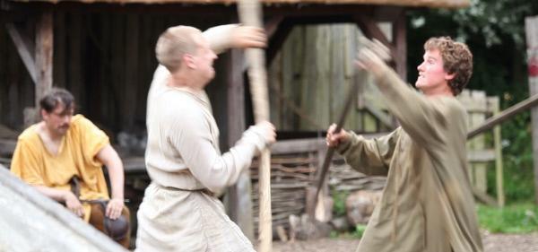 Bild 1 von 2: Schüler der irischen Galloglass-Ritter trainieren für den Kampf.
