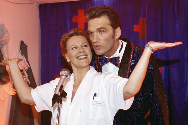 Bild 1 von 11: 'Tag der offenen Tür' im Krankenhaus. Nikola (Mariele Millowitsch) und Schmidt (Walter Sittler) begeistern das Publikum mit einem mehr oder weniger spontanen Auftritt.