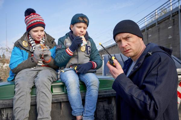 Bild 1 von 16: Die zwei Jungs (Caemon van Erp, l., Noah Behrend, M.), werden von Simmel (Hinnerk Schönemann, r.) als Zeugen befragt. Haben sie wirklich was gesehen, was den Ermittlern hilft?