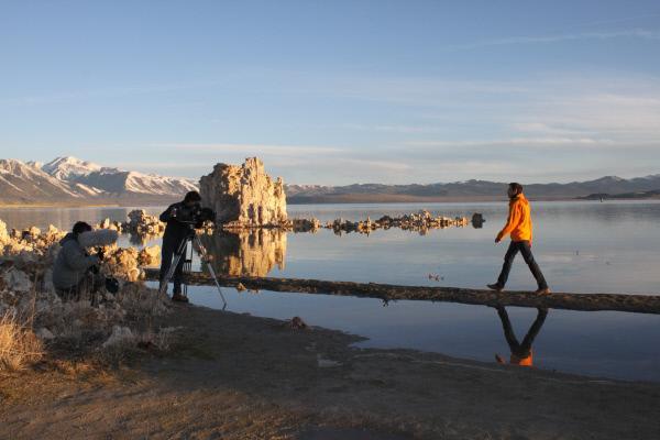 Bild 1 von 6: Morgendreh am Mono Lake: Schon um 6.00 Uhr früh steht die Crew bereit, um See und Moderator im besten Licht aufzunehmen.