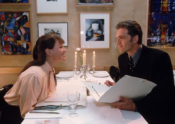 Bild 1 von 11: Bei einem romantischen Abendessen sprüht Luise (Mariele Millowitsch) förmlich vor Leidenschaft über. Dr. Schmidt (Walter Sittler) ahnt nicht, was er mit seinem Charme für Gefühle bei Luise auslöst.