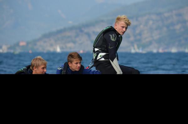 Bild 1 von 1: Ole (l.), Robin (M.) und Luc (r.) warten im Boot auf ihren ersten Kitesurf-Versuch.