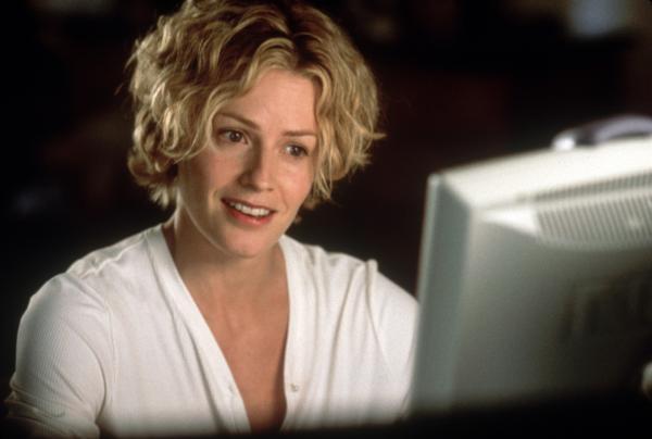 Bild 1 von 1: Linda McKay (Elisabeth Shue) ist erleichtert, nachdem sie dem Verteidigungsminister von dem gescheiterten Experiment berichtet hat.
