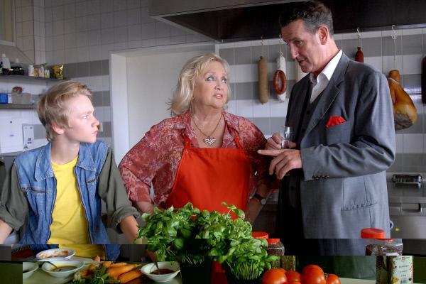 Bild 1 von 10: Champagner-Herbert (Kai Maertens, rechts) macht Oma Leni (Doris Kunstmann) ein unlauteres Angebot.... Max (Bruno Alexander, links) ist nicht begeistert.