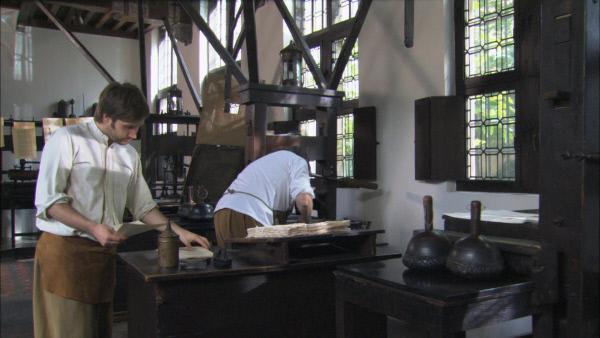 Bild 1 von 10: Bücher sind im Mittelalter ein Luxus, den sich nur die Oberschicht leisten kann. Bis Johannes Gutenberg 1450 in Mainz den Buchdruck mit beweglichen Lettern erfindet. Durch die Zunahme von Universitäten und Bibliotheken entsteht das Bedürfnis nach einer neuen Drucktechnik, die nicht nur günstiger und schneller sein soll als der mühsame Holztafeldruck, bei dem man den Text spiegelverkehrt in einen Holzblock schneiden musste. Gutenbergs geniale Idee, Texte aus einzelnen Buchstaben zusammen zu setzten, macht dies möglich. Das Wissen um die neue Drucktechnik verbreitet sich schnell - und wird zum Katalysator für große geistige, politische und religiöse Veränderungen, wie etwa die lutherische Reformationsbewegung.