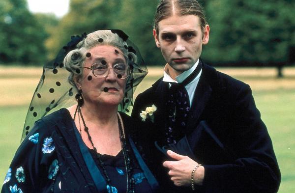Bild 1 von 4: Iris Rainbird (Elizabeth Spriggs, l.) und ihr Sohn Dennis (Richard Cant, r.), der örtliche Bestattungsunternehmer, zeigen ein auffälliges Interesse am Tod von Emily Simpson.
