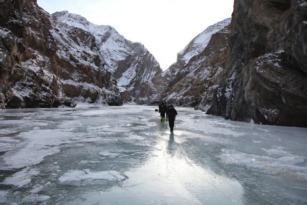 Bild 1 von 4: Fluch und Segen: Nur die extreme Kälte ermöglicht die Überquerung des Flusses Zanskar, aber sie macht auch allen zu schaffen.