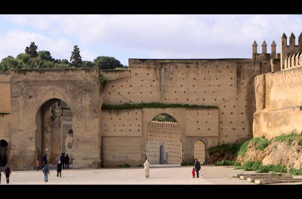 Bild 1 von 3: Fès: Kaiserstadt, Hochburg des Wissens und der Spiritualität mitten in Marokko. Vor den Mauern aus spanisch-maurischen Fliesen, die Einwanderer aus Granada gefertigt haben, hallt noch immer der Klang der Eselshufe durch die Gassen - wie einst im Mittelalter.