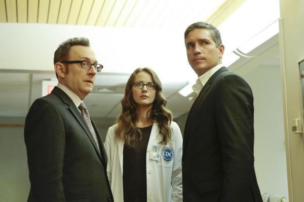 Bild 1 von 6: Finch (Michael Emerson, l.), Root (Amy Acker) und Reese (Jim Caviezel) erkennen, dass James Ko an einem Virus gestorben sein muss, dessen Erreger ihm offenbar vorsätzlich verabreicht wurden.