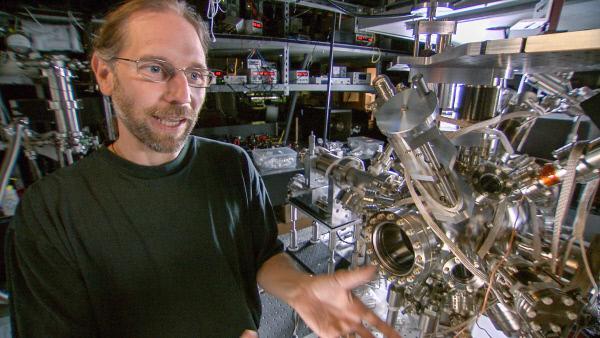 Bild 1 von 4: Hartmut Haeffner, Physikprofessor an der Berkeley University, kühlt Atome fast bis zum absoluten Nullpunkt, um zu testen, ob die Zeitsymmetrie durchbrochen werden kann.