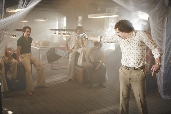 Bild 1 von 8: Pablo Escobar (Paul Sedlmeir, r.) sorgt bei seinen Jungs (Alexander Schubert, Max Giermann und Carsten Strauch) für Disziplin.