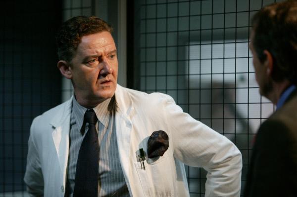 Bild 1 von 8: Der Institutsleiter Dr. Joshua Ezrin (Gregor Truter, l.) ist erschüttert, als er von DI Robert Lewis (Kevin Whately, r.) über Jessicas Todesumstände informiert wird.