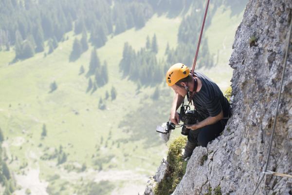 Bild 1 von 1: Am Aggenstein ließ sich Kameramann Conan Fitzpatrick an der 300 Meter hohen Steilwand abseilen.