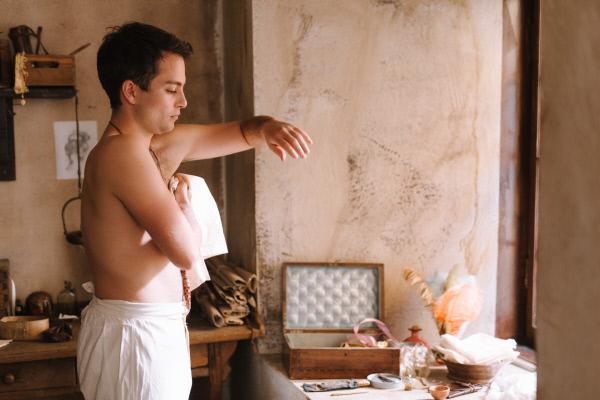 Bild 1 von 8: Bei der Morgentoilette verzichten die Pariser des 18. Jahrhundert fast gänzlich auf Wasser. Den Körper reinigt man mit trockenen Tüchern (Max Hegewald).