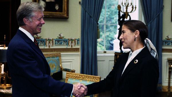 Bild 1 von 7: Die Ernennung zur Richterin am Bundesberufungsgericht für den District of Columbia im Jahr 1980 - US-Präsident Jimmy Carter und Richterin Ruth Bader Ginsburg.