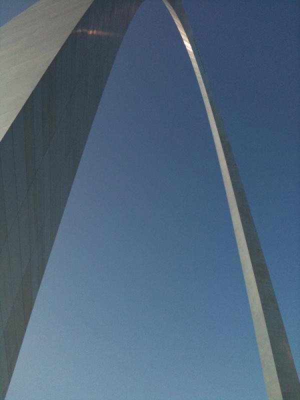 Bild 1 von 3: Ist der St. Louis Gateway Arch eine militärische Superwaffe zur Beeinflussung des Wetters?