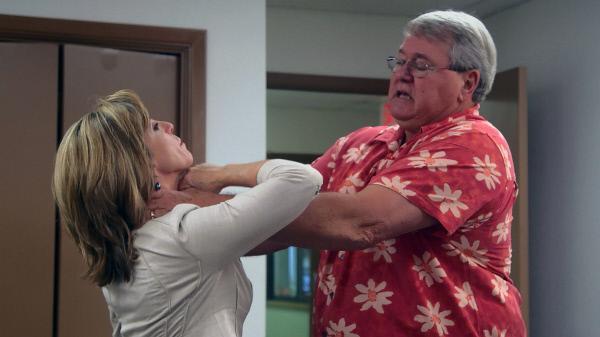 Bild 1 von 3: Gemeinsam mit Johnny Bonds (r.) versucht Kelly Siegler, den Tathergang darzustellen.