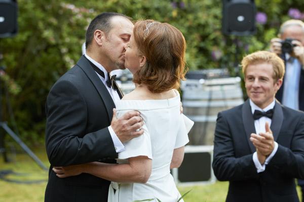 Bild 1 von 14: Semir (Erdogan Atalay) und Andrea (Carina Wiese) heiraten zum zweiten Mal.
