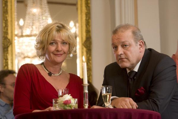 Bild 1 von 9: Wilsberg (Leonard Lansink) trifft beim Klassentreffen auf seine alte Liebe Franziska (Saskia Vester).