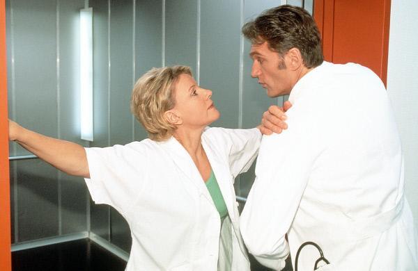 Bild 1 von 11: Dr. Schmidt (Walter Sittler) und Nikola (Mariele Millowitsch) sind mal wieder nicht einer Meinung...