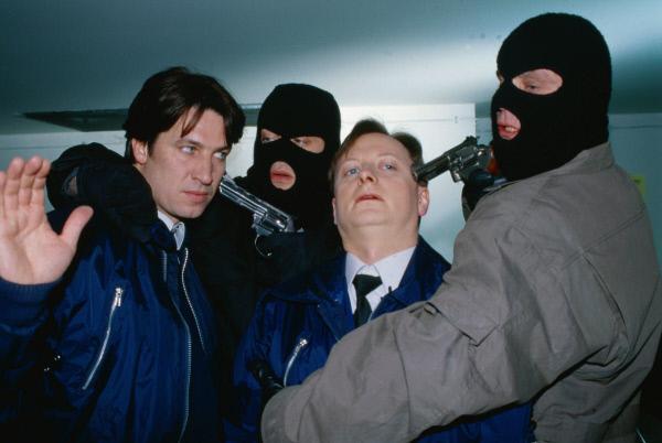 Bild 1 von 14: Kommissar Moser (Tobias Moretti, l.) und Christian Böck (Heinz Weixelbraun, 2.v.r.) ermitteln undercover im Berufsumfeld des Verdächtigen Josef Nowak. Der Ex-Häftling hat allerdings zwielichtige Kumpane: Moser und Böck werden von zwei maskierten Männern (Tony Slama, 2.v.l. und Christian Berkel, r.) bedroht.