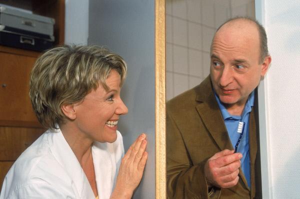 Bild 1 von 9: Nikola (Mariele Millowitsch) hat Dr. Getz (Michael Schönborn) aufgesucht, um mit ihren weiblichen Reizen an die Prüfungsfragen für den IQ-Test zu kommen...