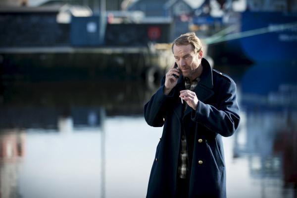 Bild 1 von 15: Jack Taylor (Iain Glen) erhält einen mysteriösen Anruf. Dieser führt ihn auf die Spur des Mörders, der den alten Priester Royce vor dessen Altar enthauptet hat.