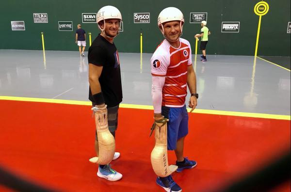 Bild 1 von 5: Die Brüder Jon (li.) und Patxi Tambourindeguy (re.) spielen schon seit ihrer Kindheit Pelota. Heute nehmen sie an großen Turnieren teil.