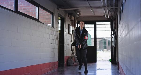 Bild 1 von 3: Billie Vebber (Constance Gay) nimmt die Verfolgungsjagd auf.