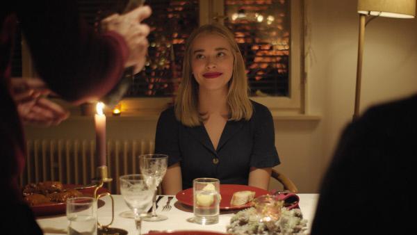 Bild 1 von 1: Mia (Milena Tscharntke) verbringt Weihnachten bei Hanna und ihrem Vater.