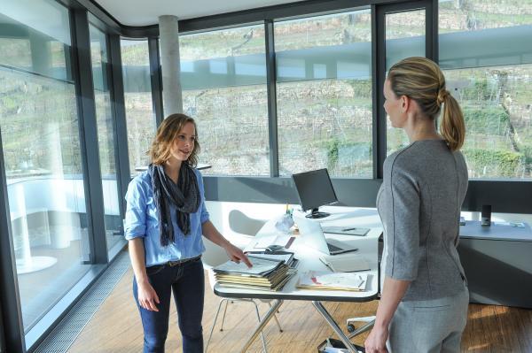 Bild 1 von 5: In der Security-Firma liegen die Nerven blank. Christine Stach (Amelie Plaas-Link, l.) gerät mit Jutta Hoffmeister (Simone Hanselmann, r.) aneinander.