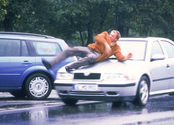 Bild 1 von 11: Der Journalist Armin Dahlen (Stuntman Andre Hartkopf) wird den Gangstern Schulte und Jacobsen durch ein Waldstück gejagt. Dahlen flieht auf einen Autobahnparkplatz und läuft dort ausgerechnet Anna Engelhardt vor den Wagen...
