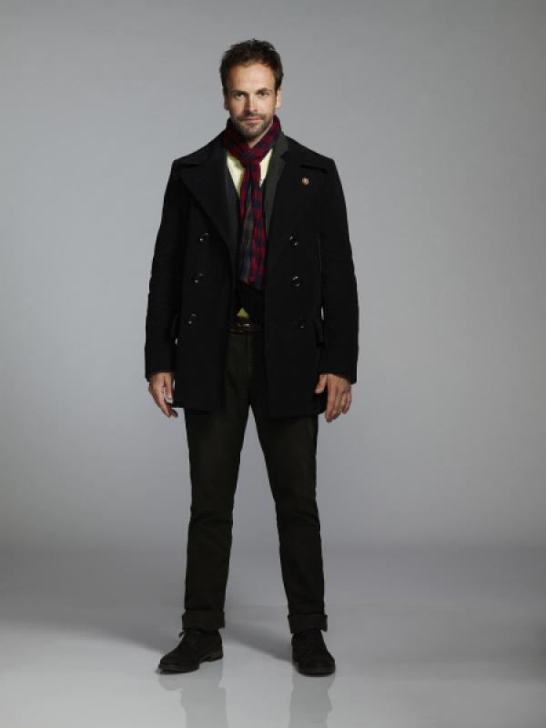 Bild 1 von 15: (2. Staffel) - Auf seine ganz eigenwillige Weise, löst Sherlock Holmes (Jonny Lee Miller) neue Kriminalfälle ...