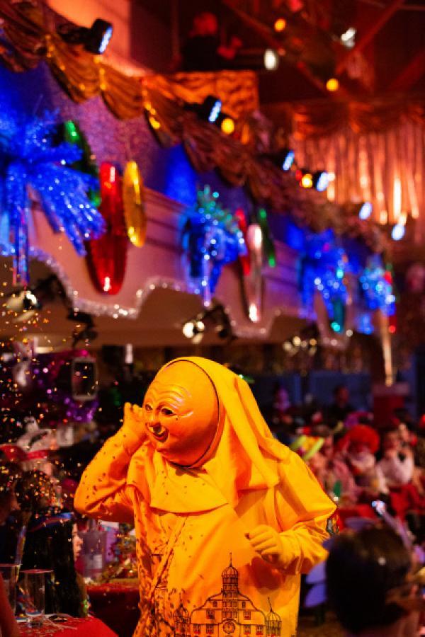 Bild 1 von 55: Gast mit gelber Faschingslarve und Kostüm.