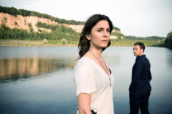 Bild 1 von 7: Judith (Christina Hecke) und Freddy (Robin Sondermann) vor dem See